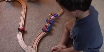 Lihat Bagaimana Budak Dua Tahun Ini 'Selesaikan' Masalah yang Menghantui Ahli Falsafah Puluhan Tahun.